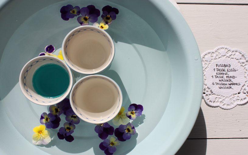 Fußbad mit Rezept, Zuteten Fußbad in hellblauer Wanne mit Rezept auf Tortenbordüre geschrieben