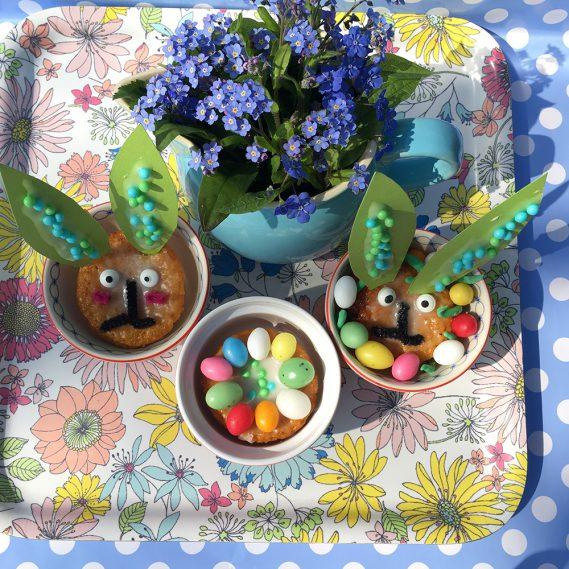 Verschreckte Hasenmuffins auf Blumentablett