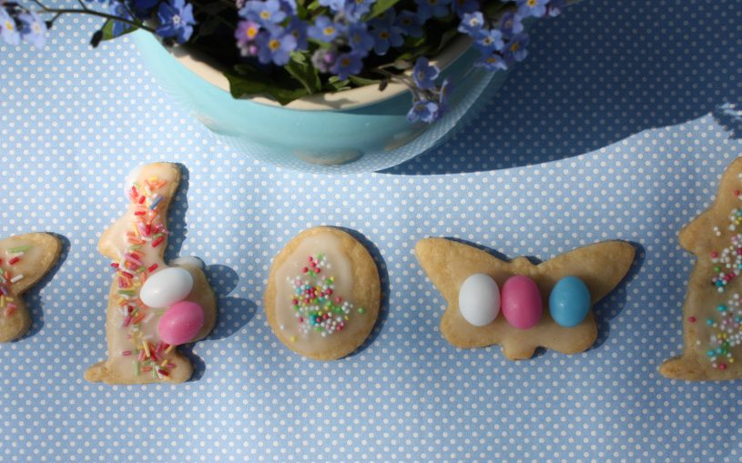 Keksparade unter Vergissmeinnichtkanne