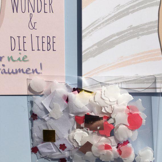 Kleine Tüte Konfetti auf Karte und Heftchen