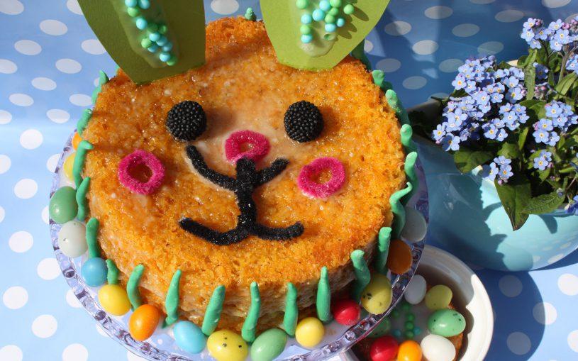 Leichte Draufsicht Hasengesicht vom Möhrenkuchen