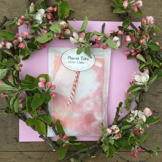 Mama-Tüte voller Liebe, Wundertüte, gerahmt von Apfelblütenherz