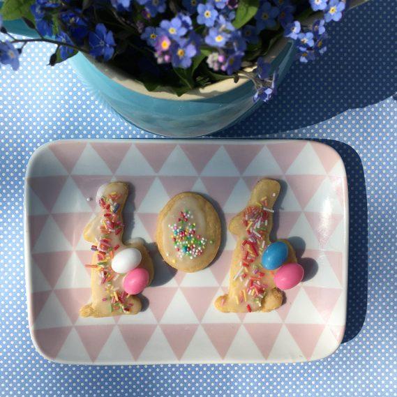 Hasenkekse auf rosa-weißem Teller