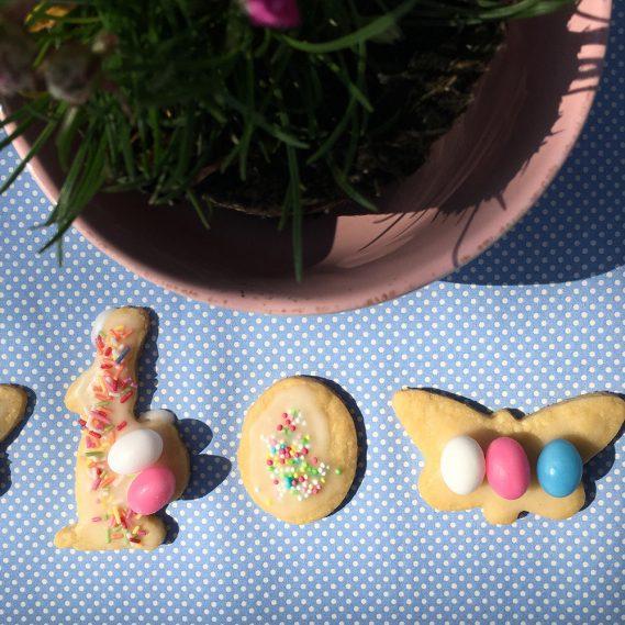 Keksparade vor rosa Bol