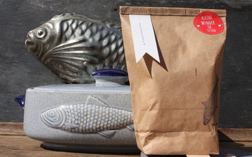Sterneköchetüte vor Fischform blau und Fischbackform Querformat