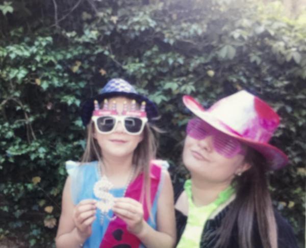 Geburtstagslaune, Partyverkleidung, gute Laune, 2 Mädchen, Gäste