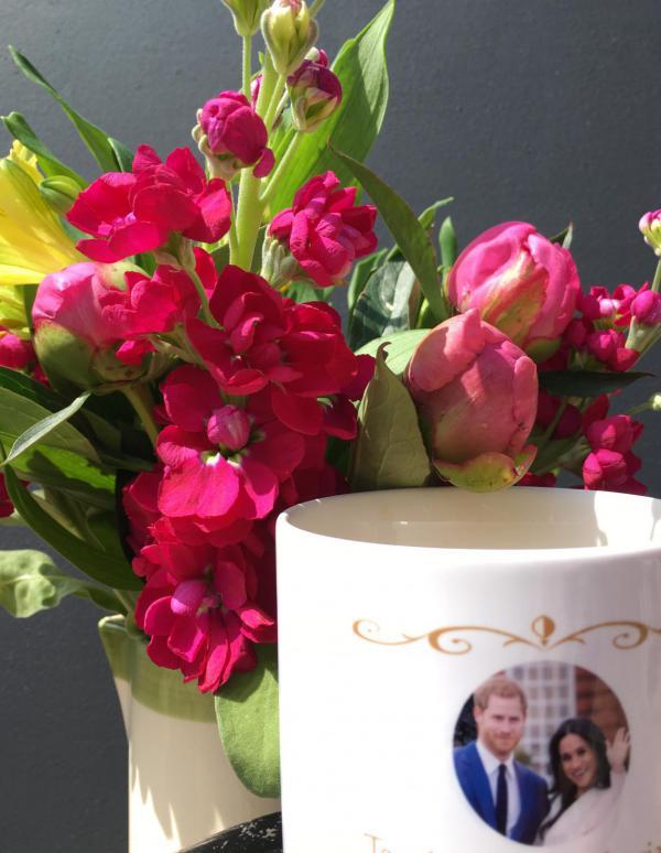 Hochzeitstasse Harry & Meghan, verliebt, königliche Hochzeit, Pfingstblumen, Liebe, öffentliches Event