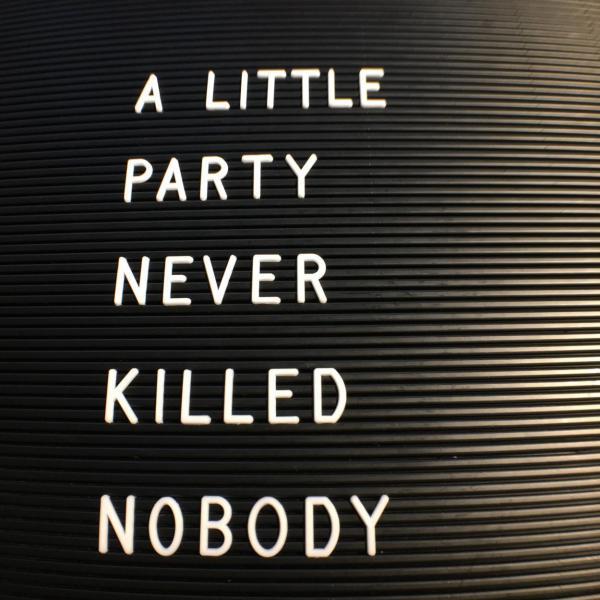 Letterboard, A little Party never killed nobody, Feierlaune, los geht´s