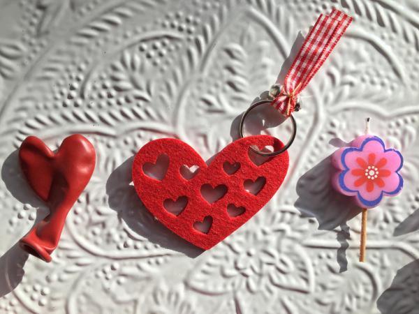 Muttertag, Inhalt Best Mom Wundertüte, Wunderle, Herzballon, Schlüsselanhänger Herz, Blumenkerze, gefertigt in Werkstätten für behinderte Menschen, Details, kleine Liebesbeweise