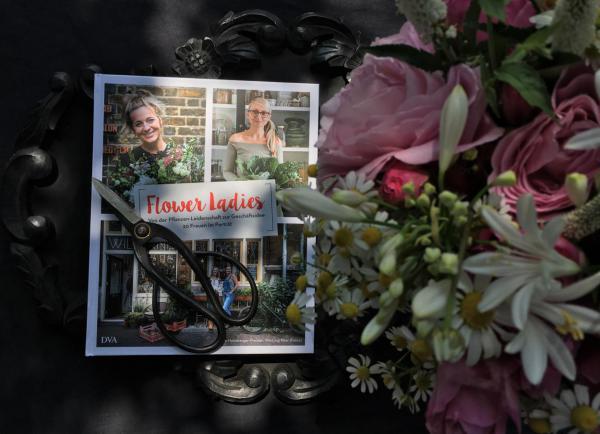 Flower Ladies, Buch, Blumenliebe, Sonntagsvergnügen, Sonntagslektüre, Gartenstrauß, Schere, Lesestoff