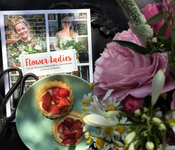 Sonntagsglück, Blumenliebe, Buchliebe, Lesestoff, Erdbeertörtchen, so kann man´s aushalten, Buch Flower Ladies