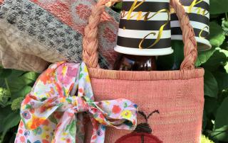 Gepackter Picknickkorb mit Decke., Getränken und Pappbechern