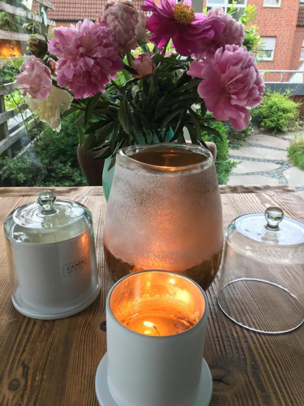 Pfingstrosenstrauß mit Kerzen