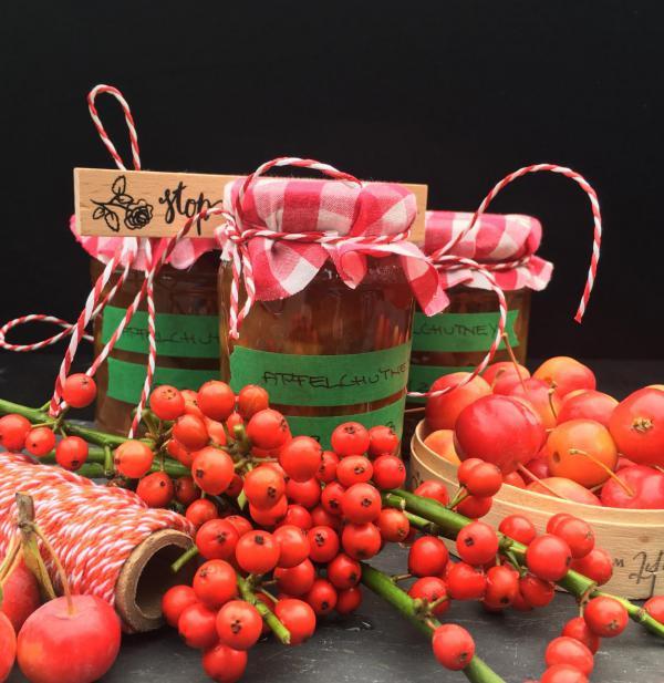 Lecker, Herbst, Einmachzeit, Apfelchutney, rote Beeren und Früchte, Marmeladengläser
