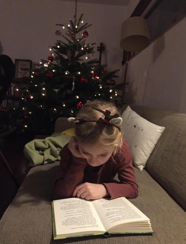 Tannenbaum, lesendes Mädchen, Weihnachten, Advent, Bücherliebe, Gemütlichkeit, schon steht das Christkind vor der Tür