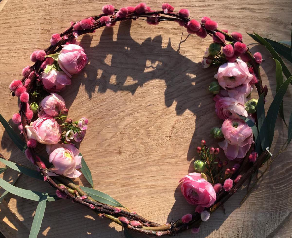 Ranunkeln, Blütenkranz, gelegter Frühjahrskranz, Frühling, Metime