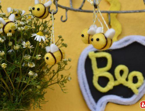 Kleine Reminder zum Weltbienentag 2019 – DIY`s mit Filzbienen: Ein Bienenmobile, ein Lesezeichen und eine Bienenanstecknadel
