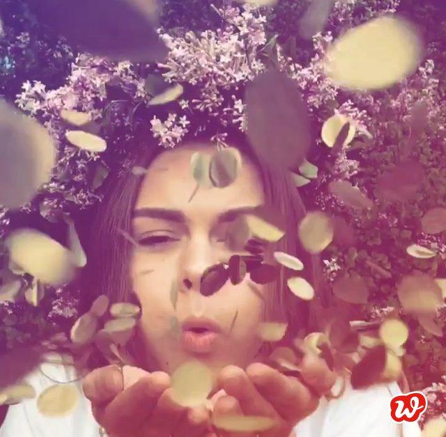 Konfetti, Blumenmädchen Konfetti pustend, goldenes Konfetti pustend, Konfetti in der Luft