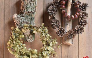 Holzhaken mit Herbstkränzen