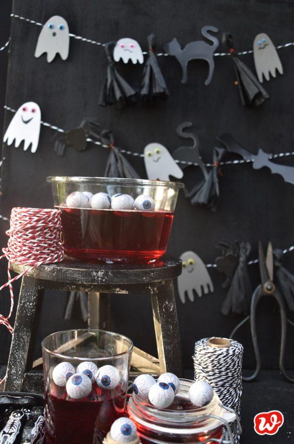 Halloweendekoration mit Gespenstergirlande, Katzen, Spinnen, Blutpudding und Augen