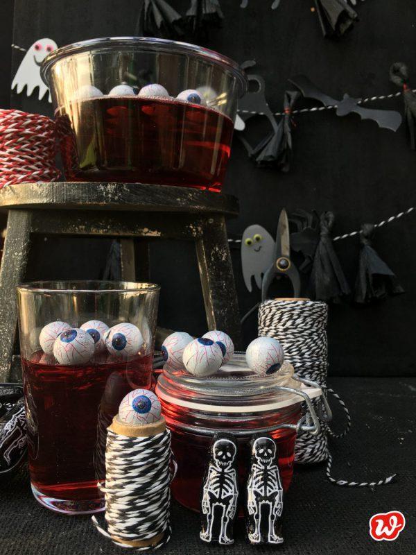 Halloweendeko mit Blutpudding, Augen, Gespenstern und Kordel