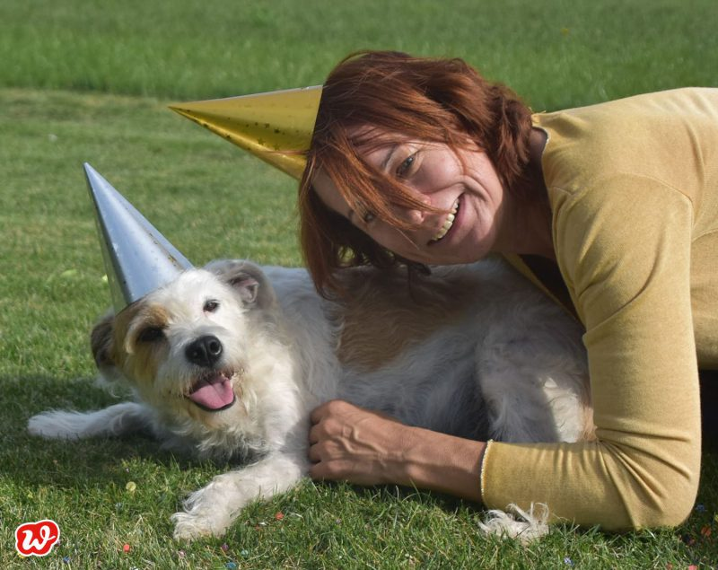 Heike und Cookie mit Partyhüten auf Wiese