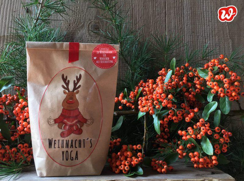 Wunderle Weihnacht's Yoga Wundertüte vor roten Beeren
