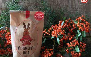 Wunderle Weihnachtsyogawundertüte vor roten Beeren und Holzwand