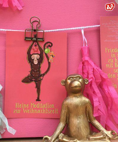 Wunderle Yoga Postkarte pink mit goldenem Affen