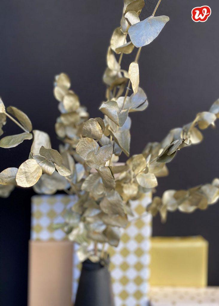 Goldener Eukalyptusstrauß vor Geschenken, Wunderle DIY