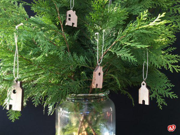 Wunderle Holzhäuschenanhänger an grünem Strauß