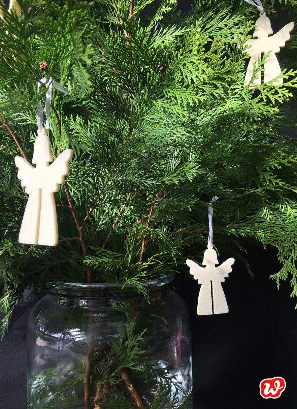 Wunderle Engelanhänger an grünem Strauß
