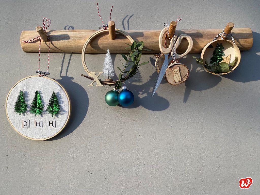 Wunderle DIY Weihnachtskränze an Holzhakenleiste