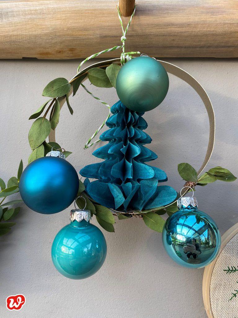 Wunderle DIY Weihnachtskranz mit Papiertanne und Kugeln