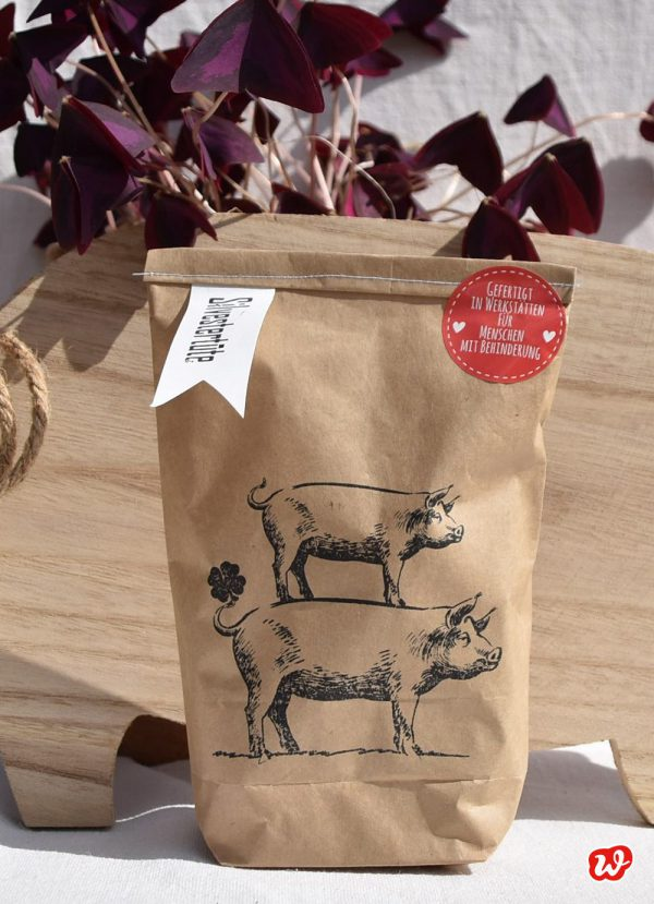 Wunderle Silvestertüte aus Packpapier mit gestapelten Schweinen