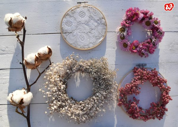 DIY Trockenblumenkränze mit Baumwollzweig auf weißem Untergrund