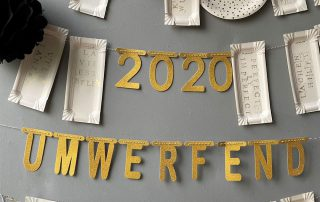 DIY Girlanden aus bestempelten Wurstpappen und goldenen Buchstaben