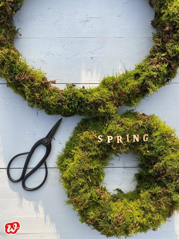 Mooskränze mit Holzbuchstaben Spring