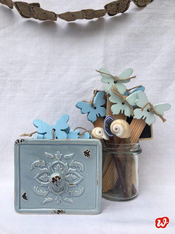 DIY Schmetterlings- und Muschelpflanzenstecker in blauer Keramikschublade und Glas