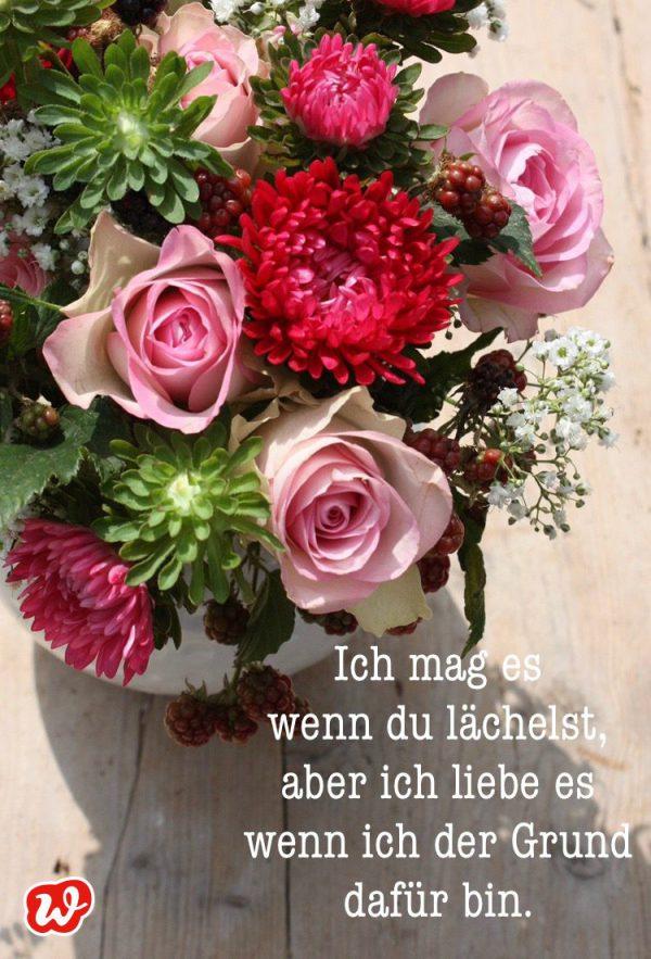 Blumenstrauß mit Zitat über die Liebe