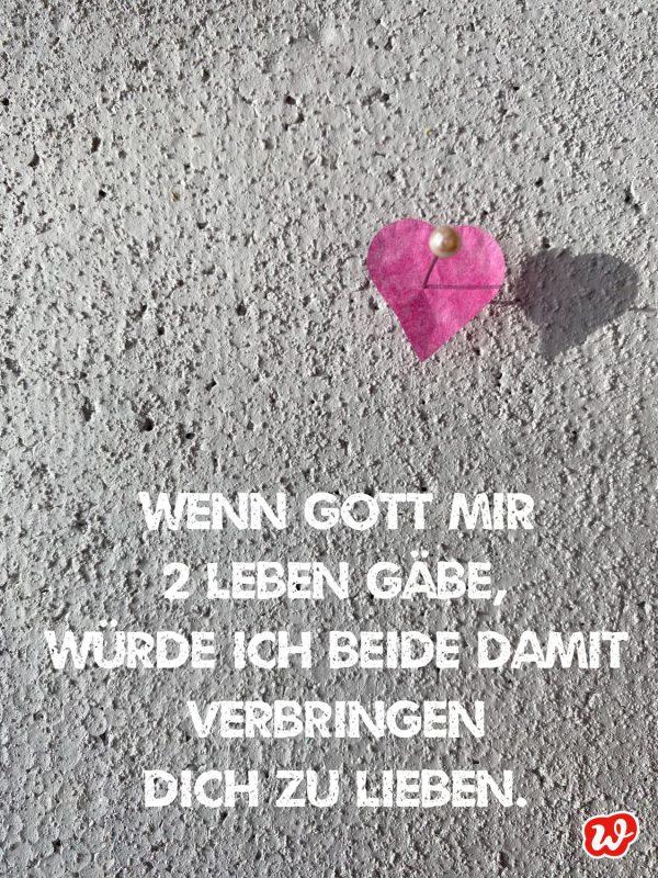 Gepinntes Herzkonfetti mit Zitat über die Liebe