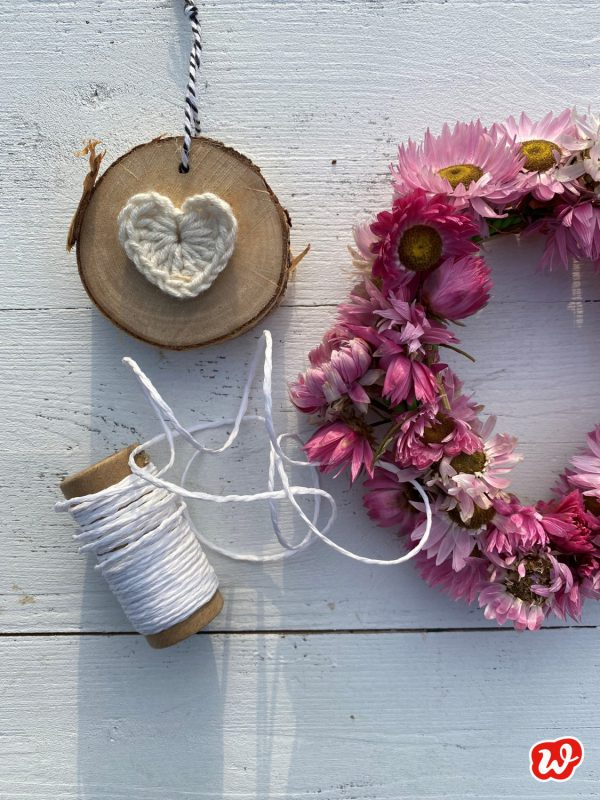 Dekoration Strohblumenkranz, Garn und Holzscheibe