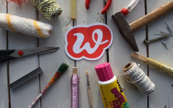 Wunderle W von Werkzeug umringt