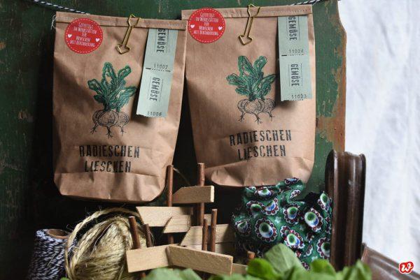 Radieschen Lieschen Packpapier Wundertüten mit Gartenutensilien