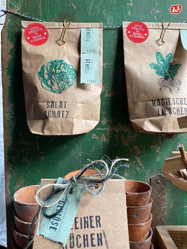 Wunderle Packpapiergartenprodukte in Gartenszenerie