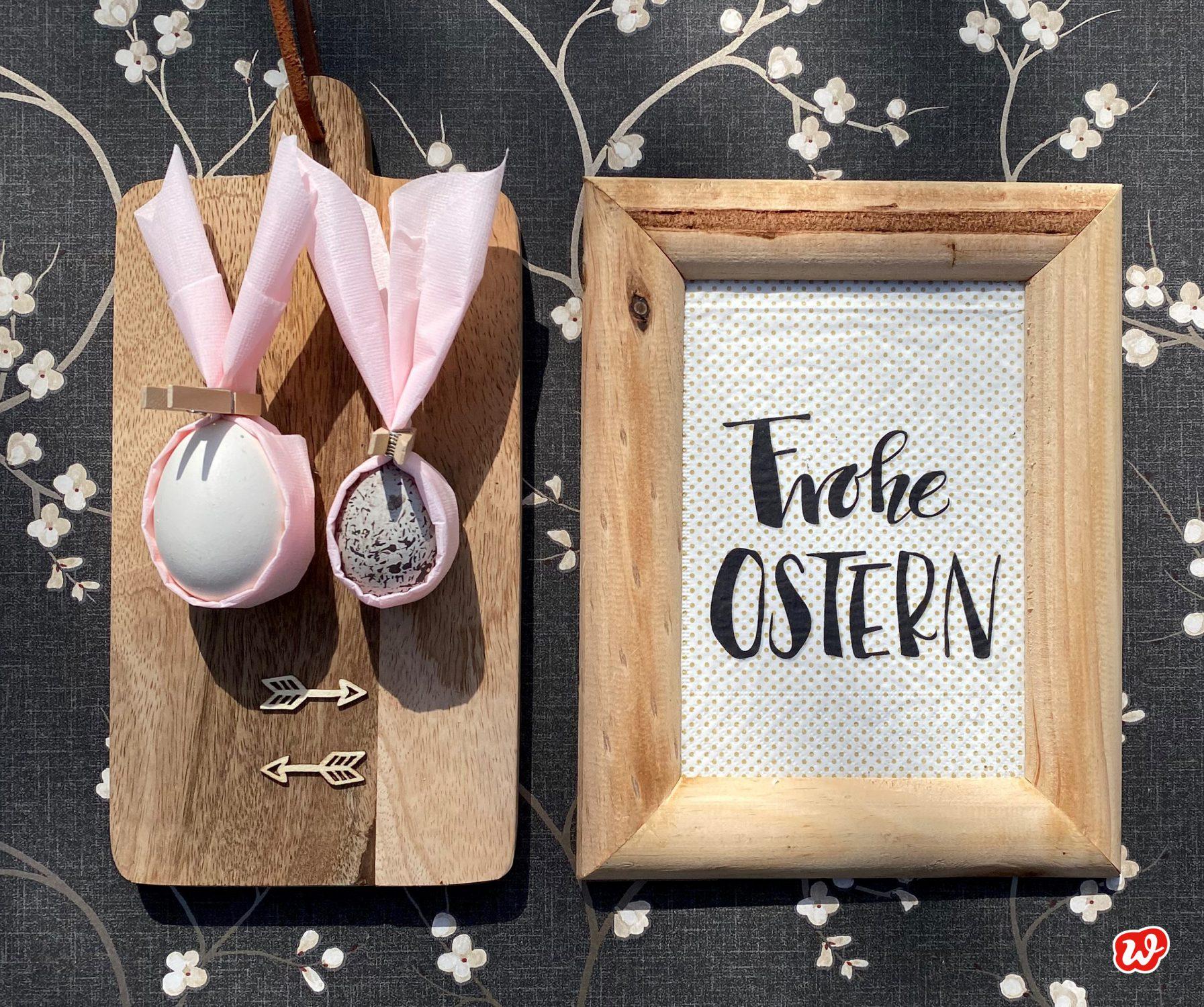 Ostereier mit rosa Hasenohren in Osterszenerie