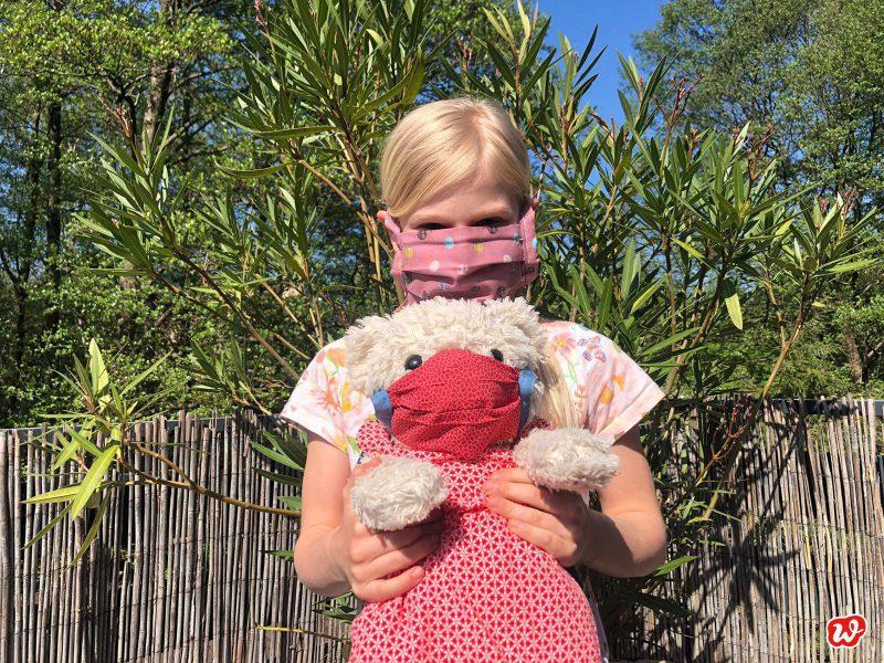 Carlotta und Teddy mit selbstgenähter Maske
