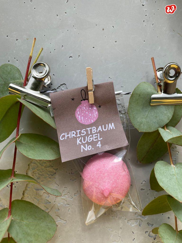Süße Tüte Weihnachtskugel Zuckerschaum zwichen Eukalyptus