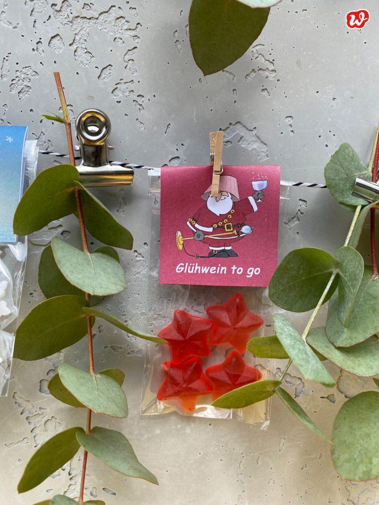 Süße Tüte Glüwein To Go zwischen Eukalyptus