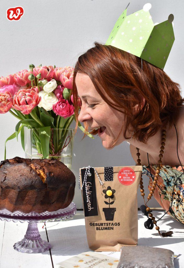 Wundertüte mit Geburtstagsblumen Wundertüte in Geburtstagsszenerie